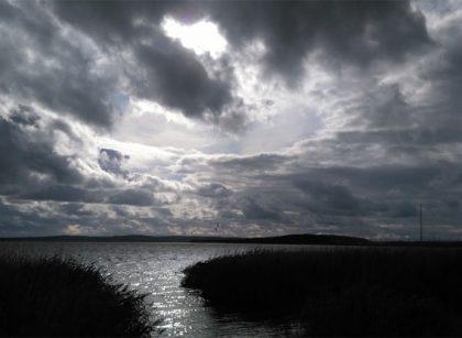 Dunkle Wolken überm See