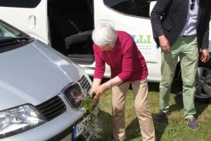 Stapellauf: Ingeborg Butzlaff tauft den ersten von drei ELLI-Minibussen Foto: KOMOB
